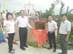Ông Lê Công Đồng, giám đốc Đài Tiếng nói Nhân dân TP.HCM, cùng các nhà tài trợ cắt băng khánh thành