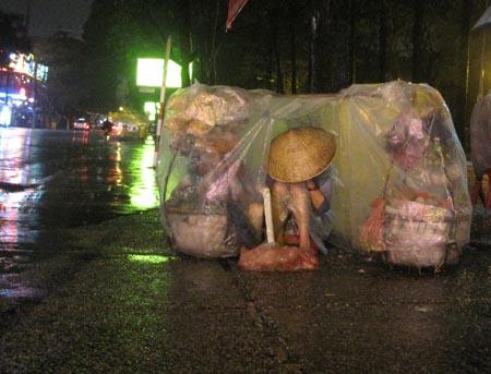 Những mảnh đời mưu sinh trong đêm mưa