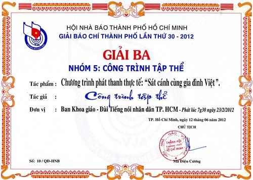 Sát cánh cùng gia đình Việt nhận giải thưởng.