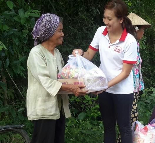 100 phần quà Tết đầu tiên cho bà con nghèo Kiên Giang