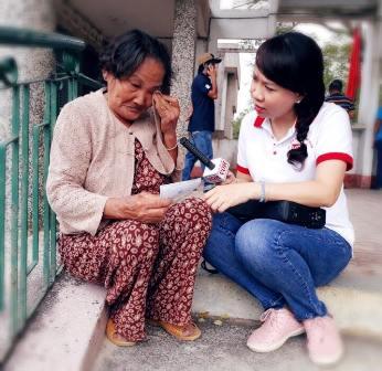 Trao tặng thẻ BHYT tỉnh Bịnh Định